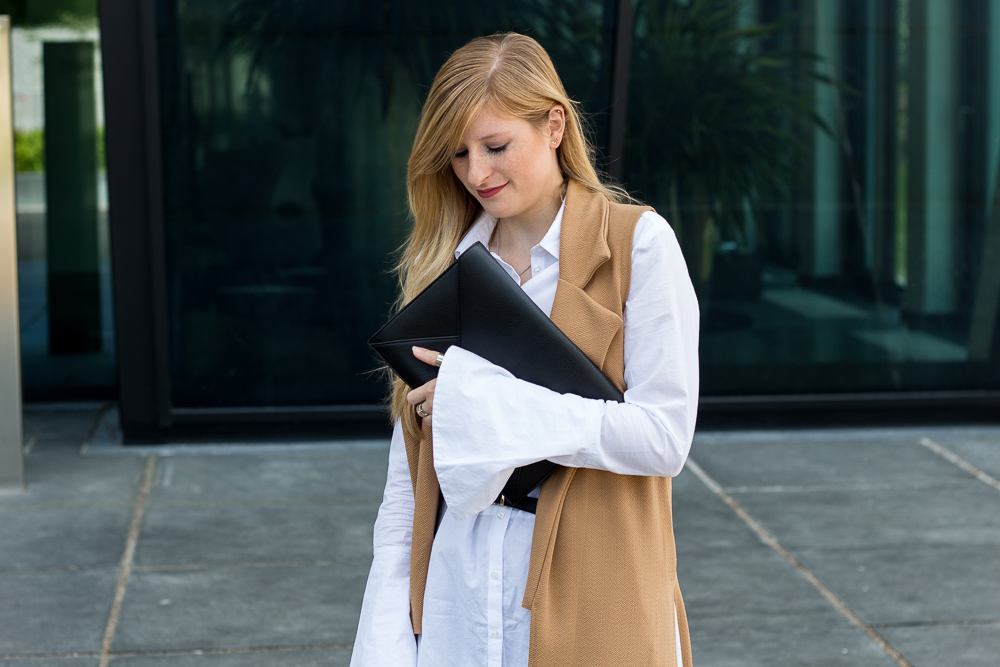 Lange ärmellose Weste Camel Asos Bluse Trompetenärmeln Outfit kombinieren Frühlings-Trend 7