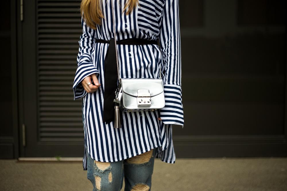 Lookbook Fashion Look Blau weiß gestreifte Bluse silberne Accessoires Modeblog Bonn 8
