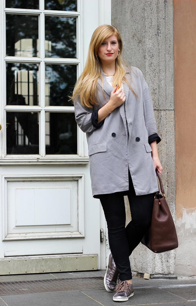 Metallic Sneaker Gola Zara Blazer braune Prada Tasche 1
