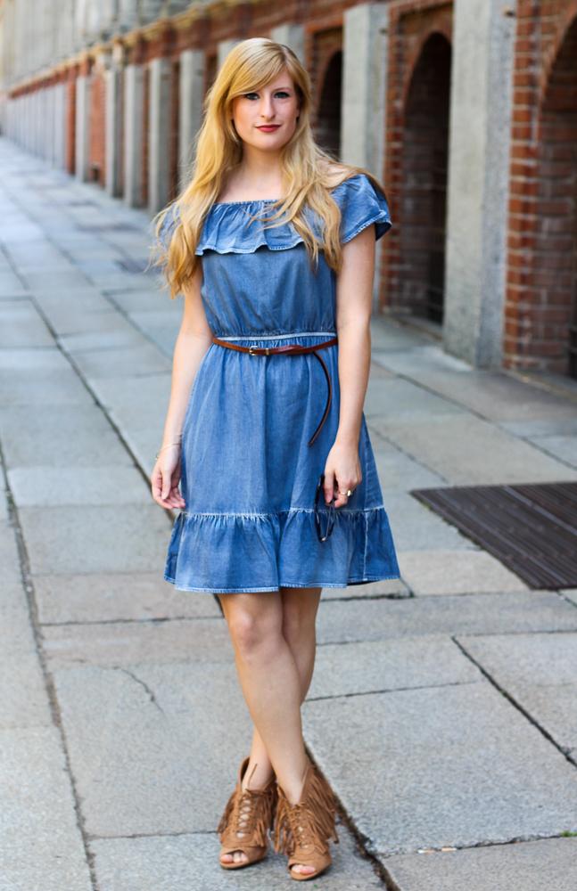 Off-Shoulder Jeanskleid OOTD Fransen High Heels Mailand Modeblog 1