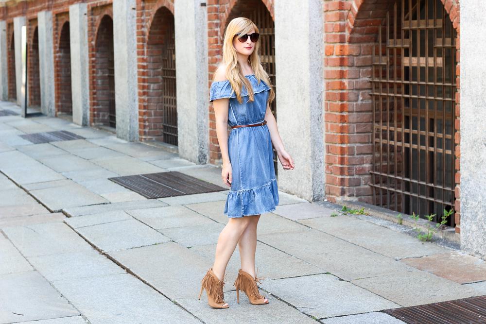 Off-Shoulder Jeanskleid schulterfrei Fransen High Heels Mailand Modeblog 7