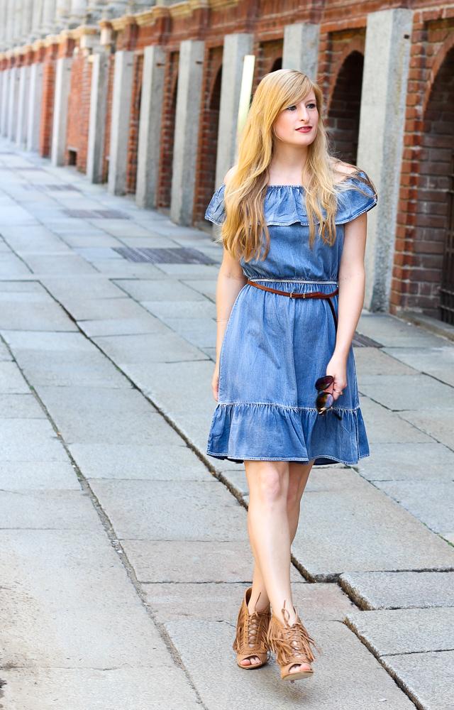 Off-Shoulder Jeanskleid schulterfrei Fransen High Heels Mailand Modeblog 92