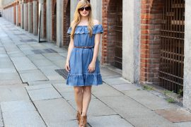 Off-Shoulder Jeanskleid schulterfrei Fransen High Heels Mailand Modeblog t