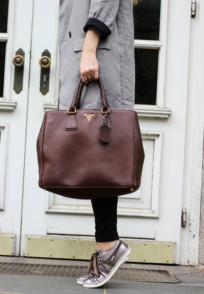 Sneaker Lookbook Metallic Sneaker Alltagslook Outfit OOTD braune Prada Tasche 6