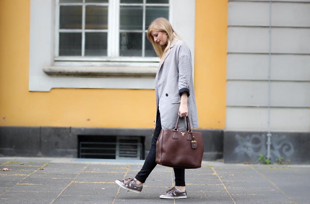 Sneaker Lookbook Metallic Sneaker Gola Zara Blazer braune Prada Tasche Blog 8