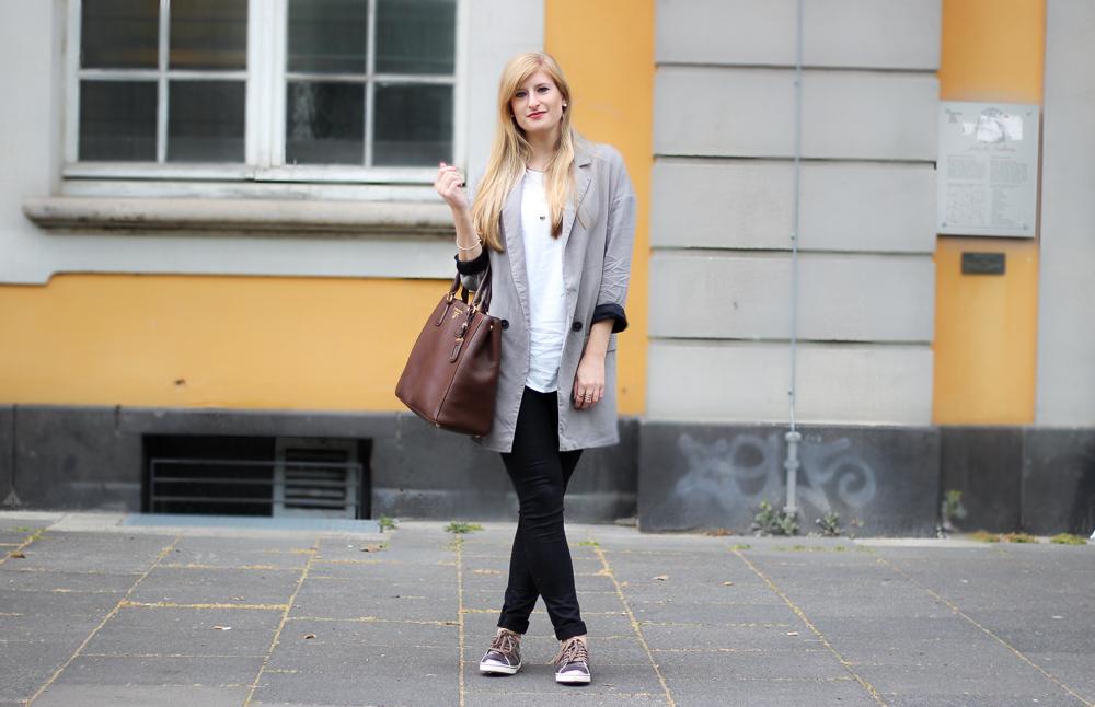 Sneaker Lookbook: Metallic Sneaker mit Zara Blazer