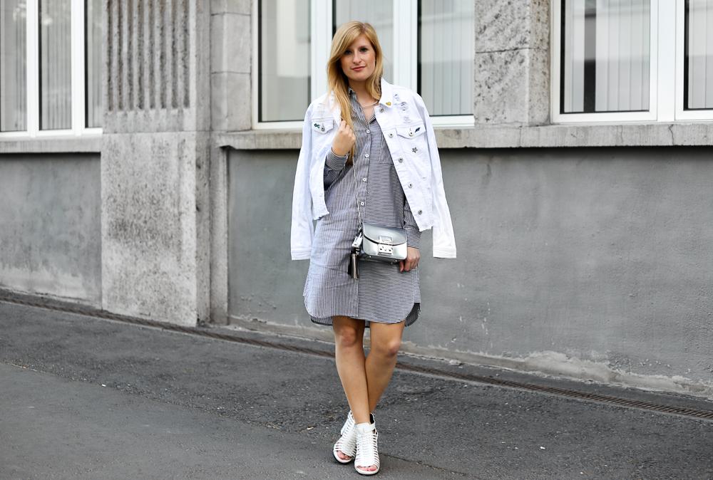 Fashion Week Outfit Blusenkleid und weiße Jeansjacke mit Patches