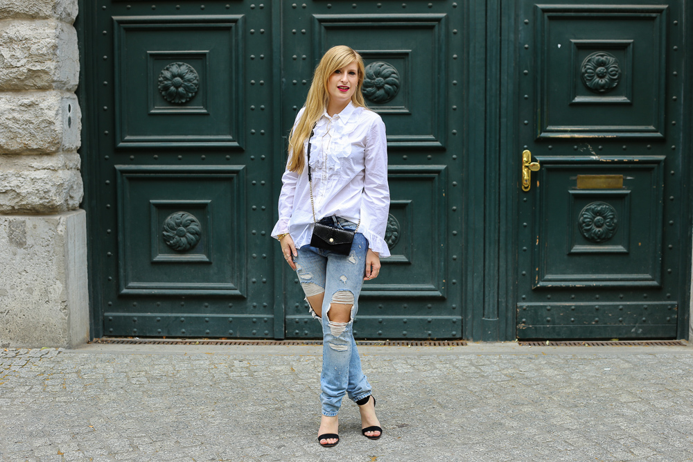 Blogger Outfit Berlin Fashion Week Streetstyle Ripped Jeans Weiße Rüschenbluse 8