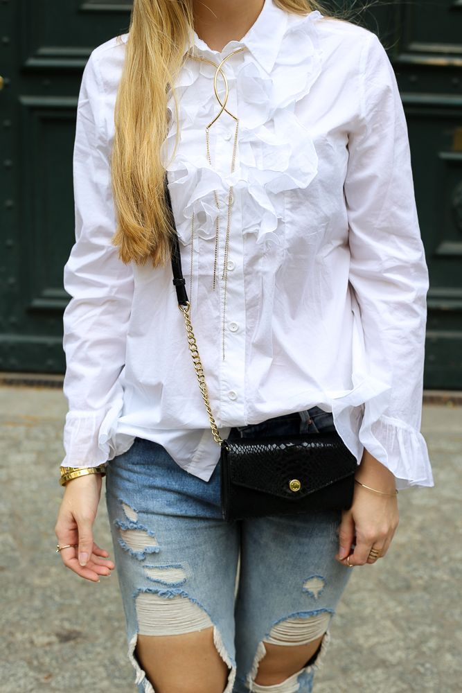 Bloggerin Streetstyle Ripped Jeans Weiße Rüschenbluse Michael Kors Umhängetasche 5