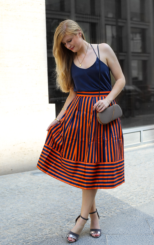 Gestreifter A-Linien Rock orange Blau Closet London MBFW Look Marcel Ostertag 4