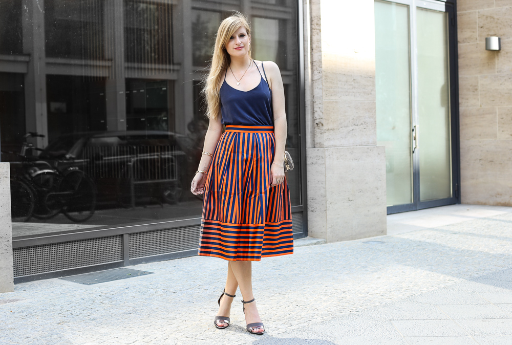 Gestreifter A-Linien Rock orange Blau Closet London MBFW Look Marcel Ostertag t