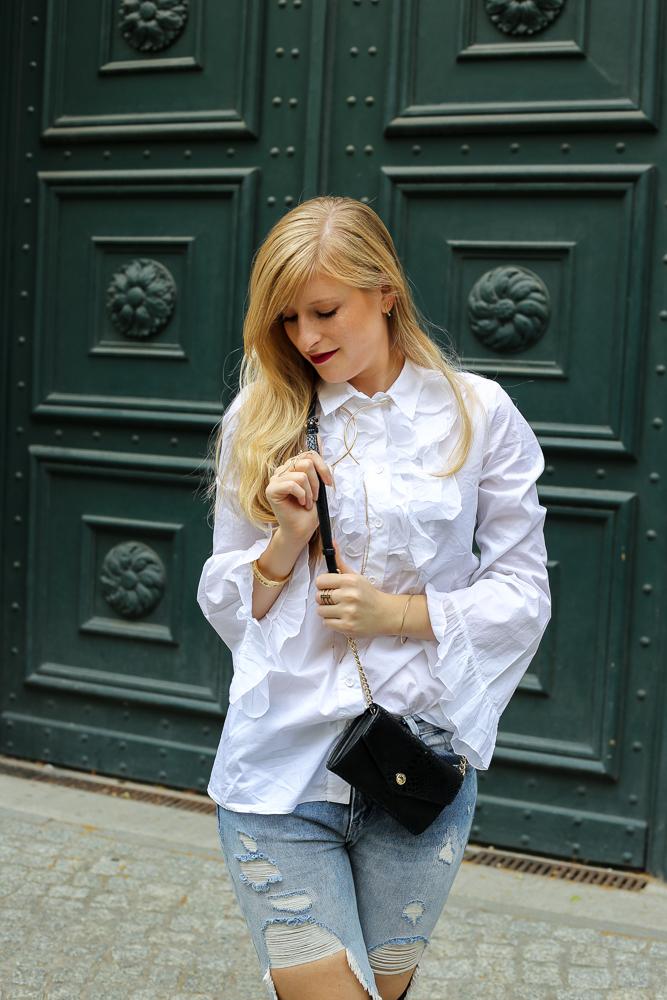 Modeblog Berlin Fashion Week Streetstyle Ripped Jeans Weiße Rüschenbluse 6