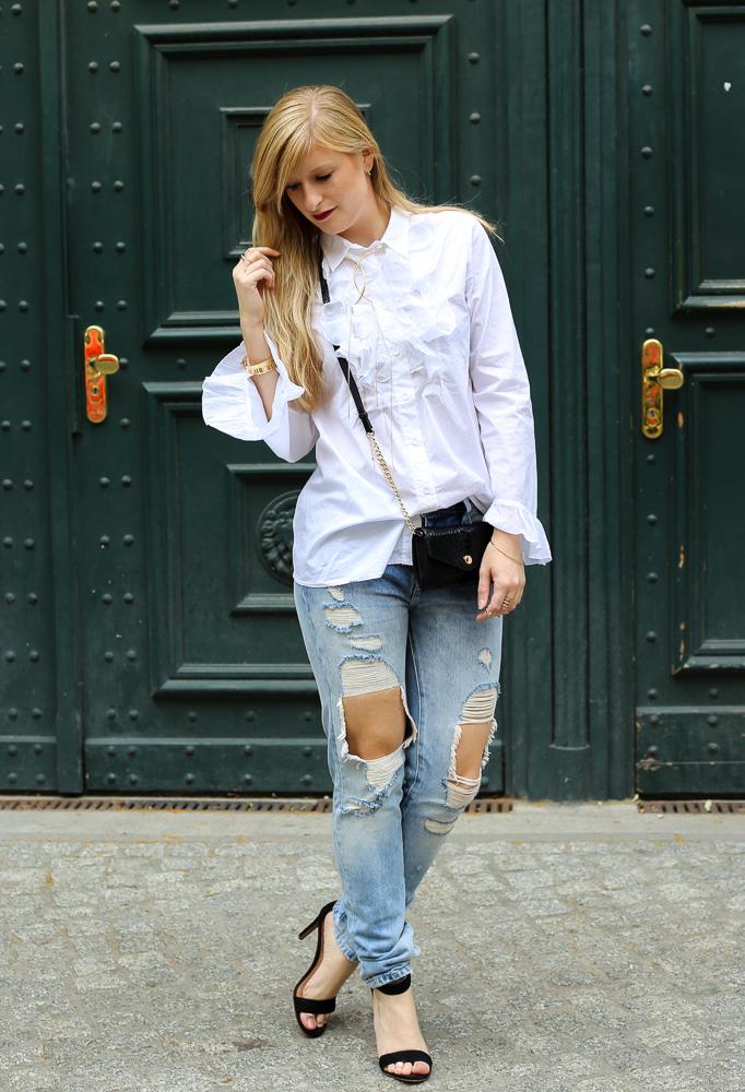 Modeblog Berlin Fashion Week Streetstyle Ripped Jeans Weiße Rüschenbluse Heels 1