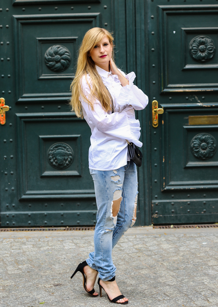 Modeblog Berlin Fashion Week Streetstyle Ripped Jeans Weiße Rüschenbluse Outfit 4