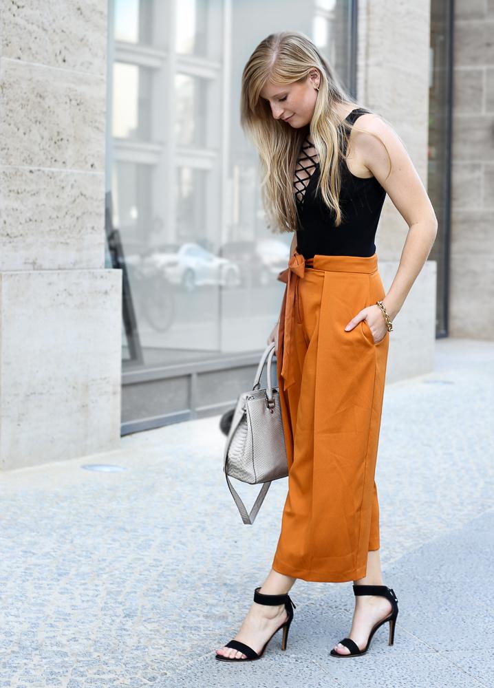 Schwarzer Schnürbody H&M orange Culotte Asos Modeblog Streetstyle Berlin Sommertrend 2016 8