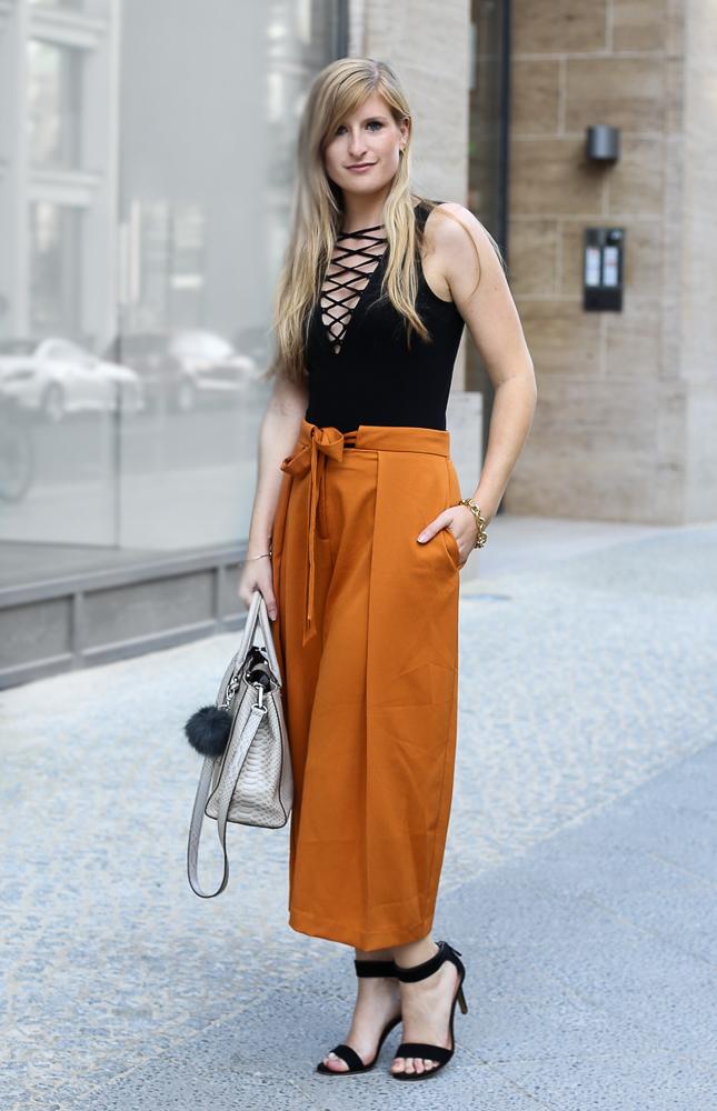 Schwarzer Schnürbody H&M orange Culotte Asos Modeblog Streetstyle Berlin Sommertrend 2016 1