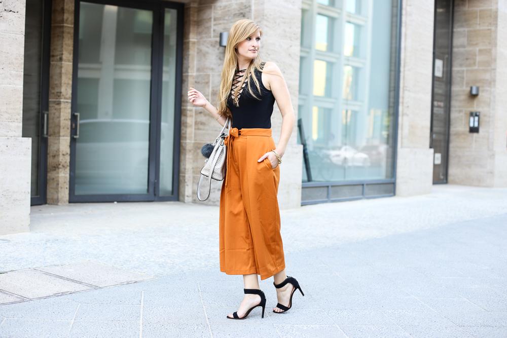 Schwarzer Schnürbody H&M orange Culotte Asos Modeblog Streetstyle Berlin Sommertrend 2016 5