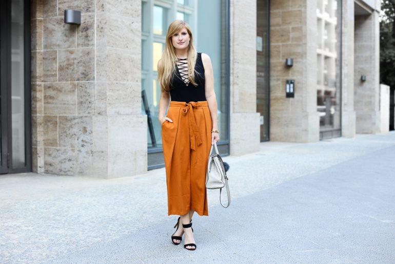 Schwarzer Schnürbody H&M orange Culotte Asos Modeblog Streetstyle Berlin Sommertrend 2016 t