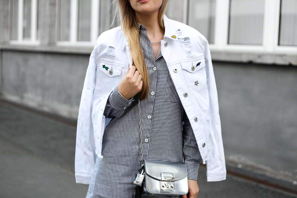 Weiße Jeansjacke Patches Outfit Modeblogger Furla Metropolis silber MBFWB 7