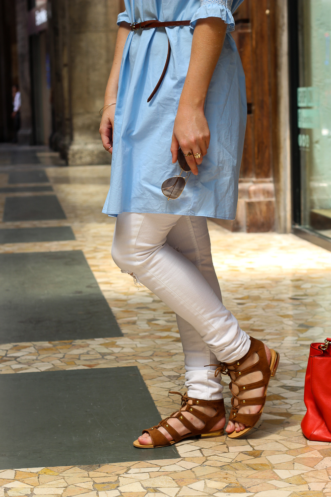 weiße Ripped Jeans braune Sandalen Sommertrend Outfit Urlaub Mailand 7