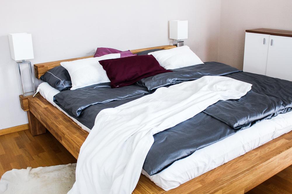 Blogger Interior Balkenbett Schlafzimmer Trend urig Holz Kuhfellteppich weiß Blog Bonn