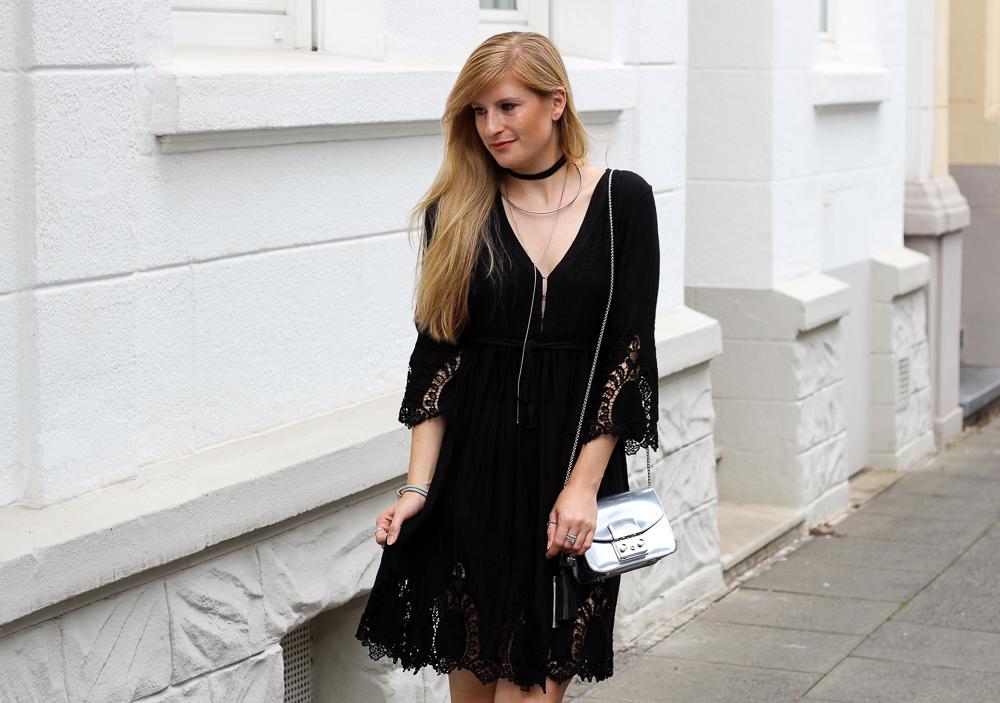 Schwarzes Kleid mit Spitze und einem Gold & Silber Mix im Festival Look