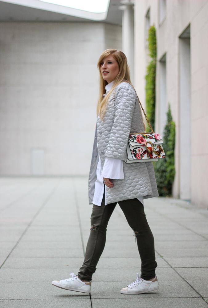 Modeblog Köln Streetstyle Silberne Jacke weiß goldene Sneaker Gola Gucci Dionysus Garden Print 7