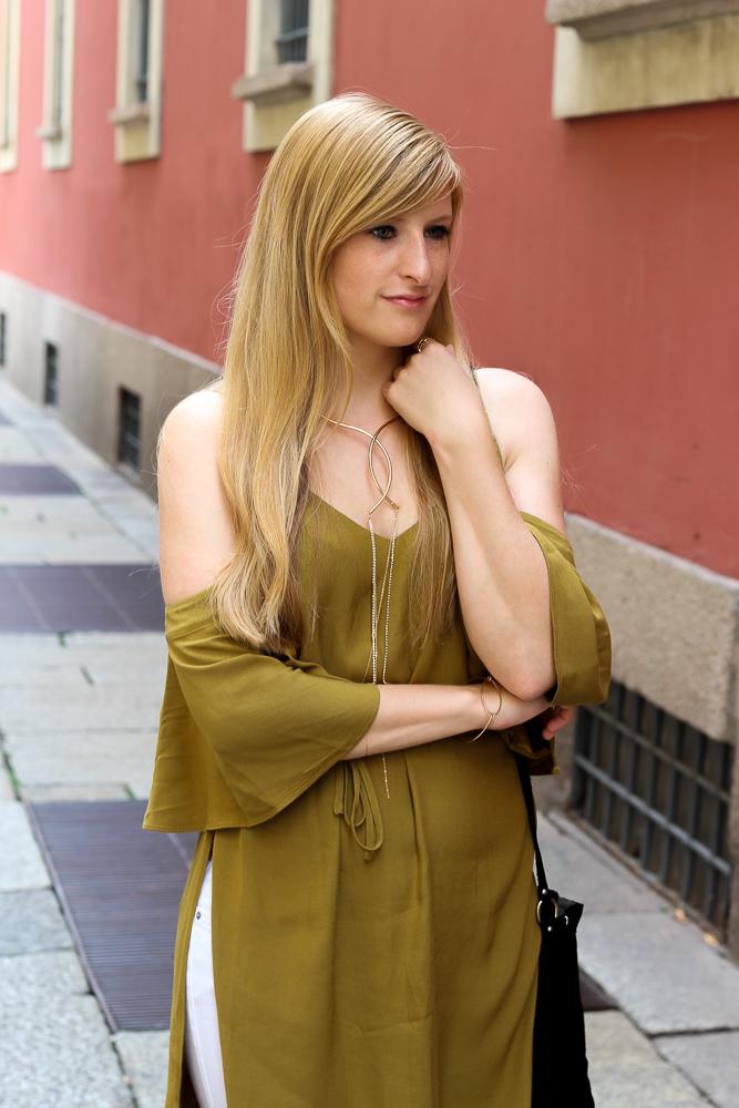 Schulterfreies Top Offshoulder Olive H&M goldener Schmuck Kette Outfit BrinisFashionBook 6