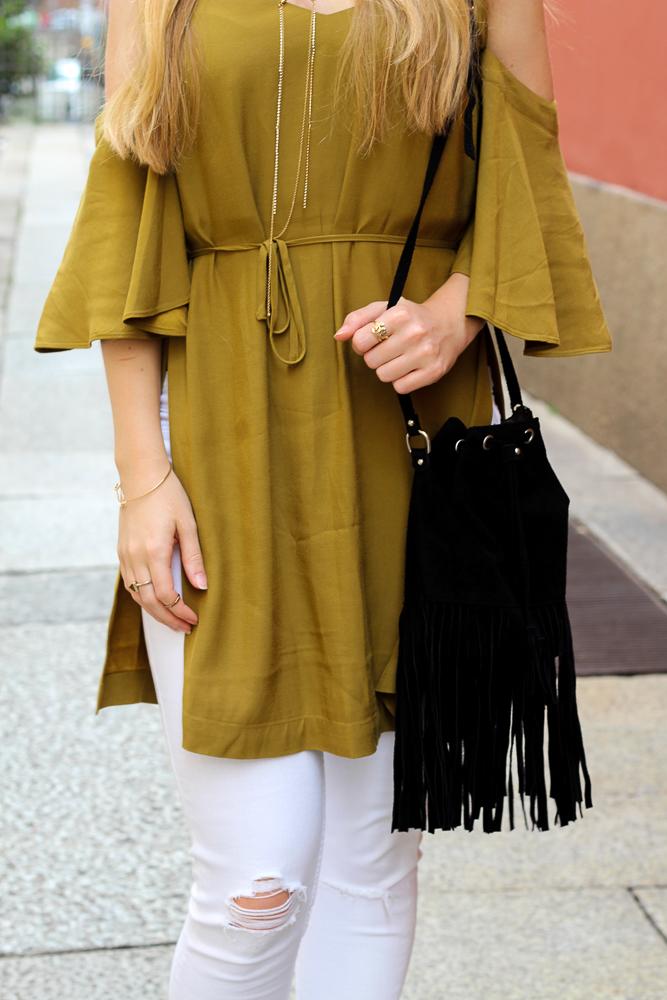 Schwarze Fransentasche schulterfreies Top Olive Streetstyle Mailand Modeblog 8