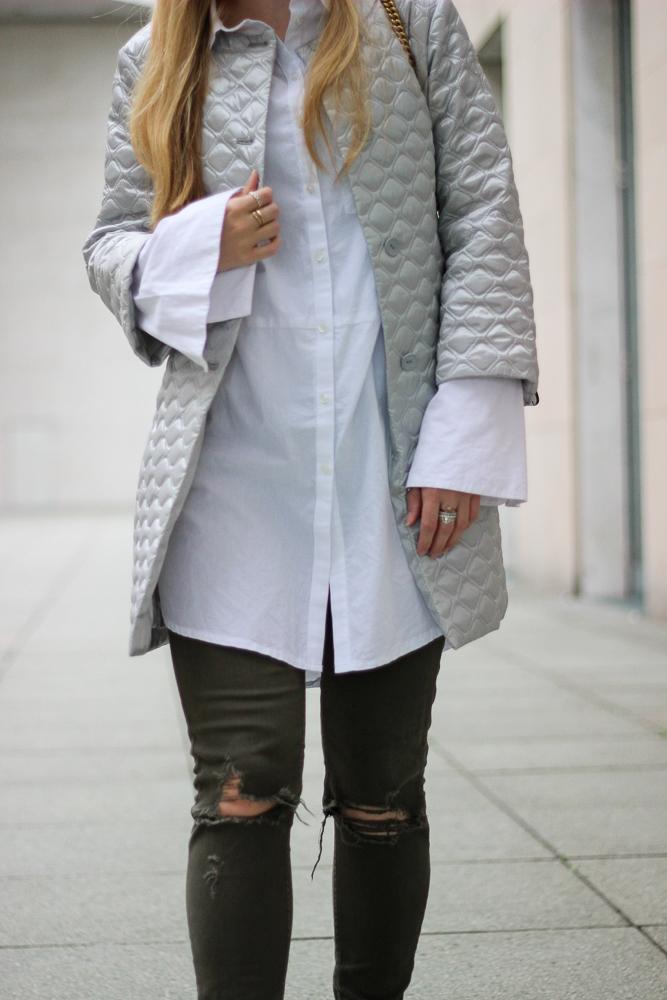 Silberne Jacke Weiße Bluse Trompentenärmel grüne Ripped Jeans casual Outfit Fashion Blog Köln Streetstyle 6