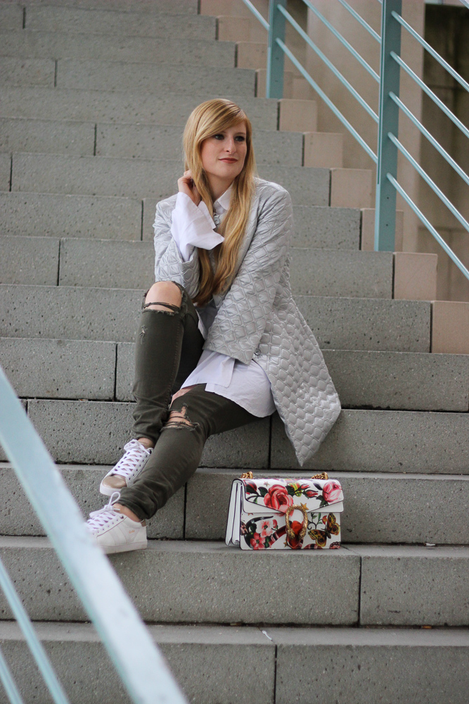Silberne Jacke weiß goldene Sneaker Gola Gucci Dionysus Garden Print Modeblog Köln Streetstyle 1