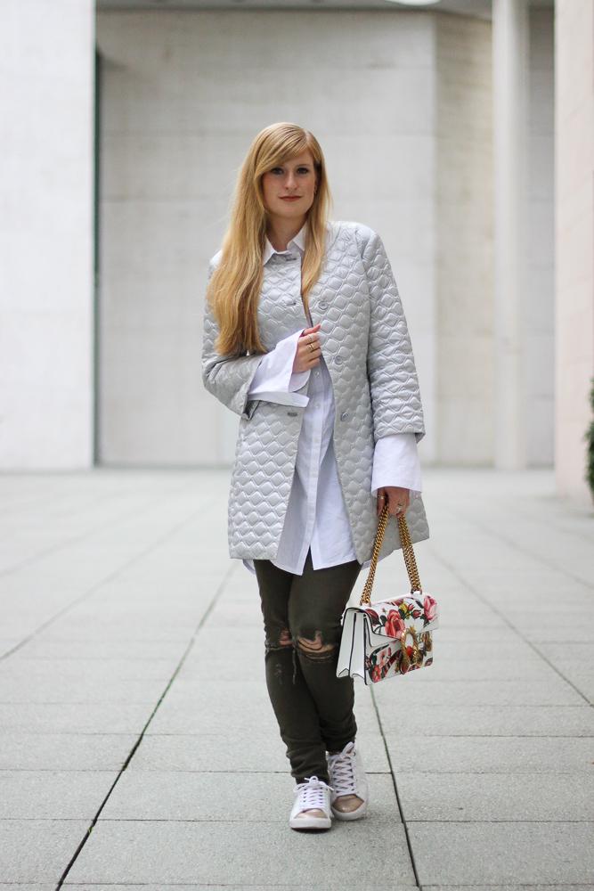 Silberne Jacke weiß goldene Sneaker Gola Gucci Dionysus Garden Print Modeblog Köln Streetstyle 3