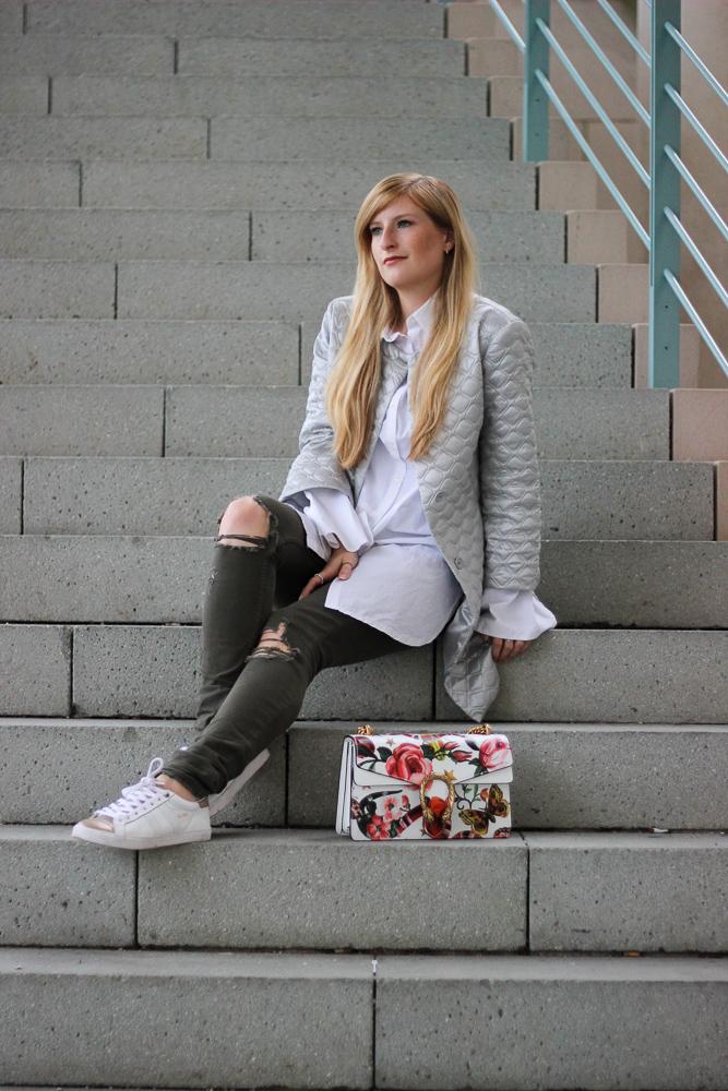 Silberne Jacke weiß goldene Sneaker Gola Gucci Dionysus Garden Print Modeblog Köln Streetstyle 5
