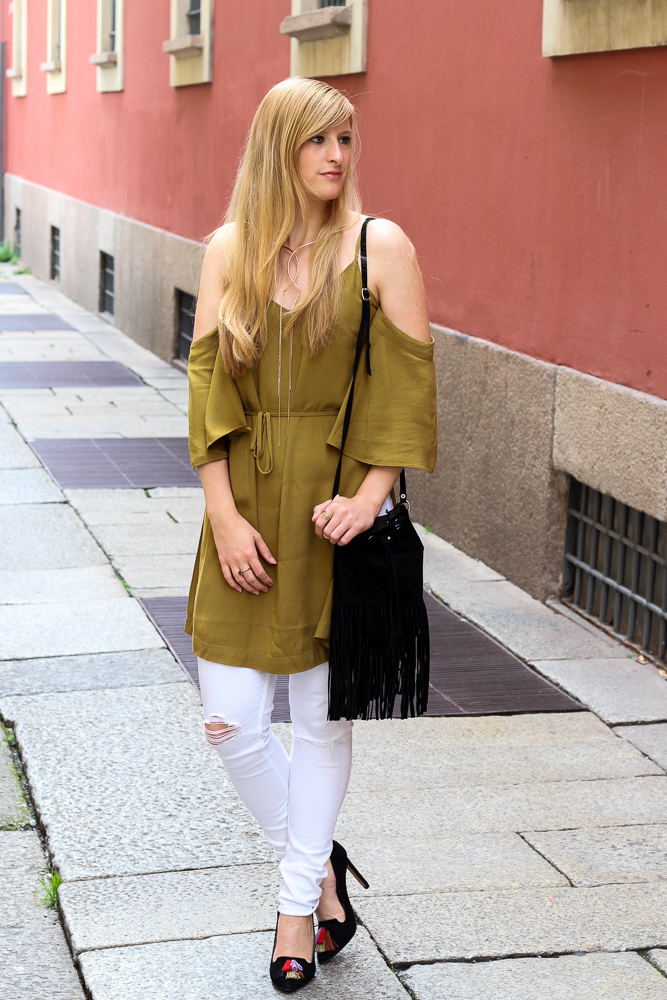Sommerhose Weiße Ripped Jeans schulterfreies Top Olive Streetstyle Mailand Modeblog 92