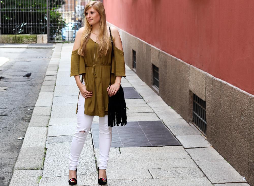 Die Hose für den Sommer: Weiße Ripped Jeans mit schulterfreien Top in Olive