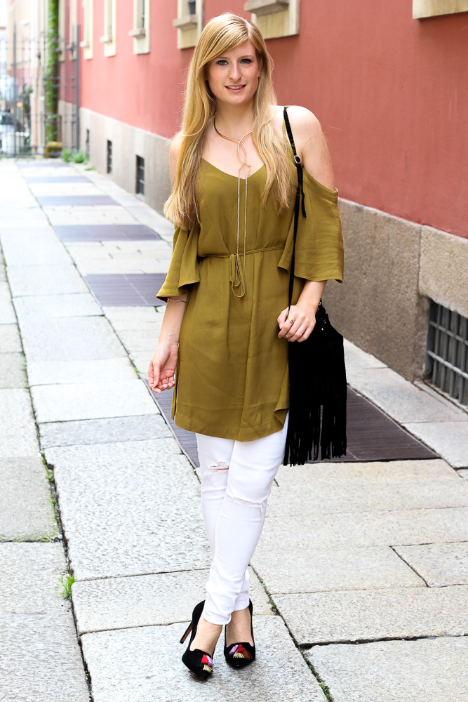 Sommerhose Weiße Ripped Jeans schulterfreies Top Olive Streetstyle Mailand Modeblog 1