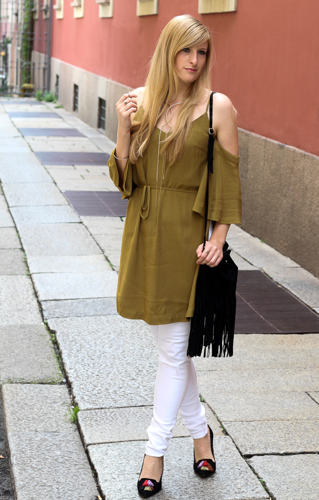 Sommerhose Weiße Ripped Jeans schulterfreies Top Olive Streetstyle Mailand Modeblog 3