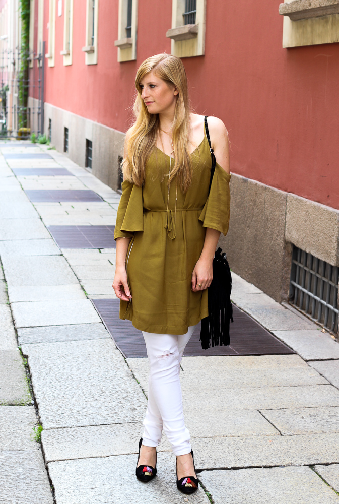Sommerhose Weiße Ripped Jeans schulterfreies Top Olive Streetstyle Mailand Modeblog 7