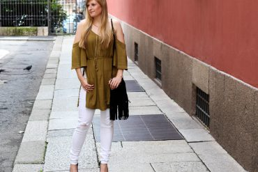 Sommerhose Weiße Ripped Jeans schulterfreies Top Olive Streetstyle Mailand Modeblog t