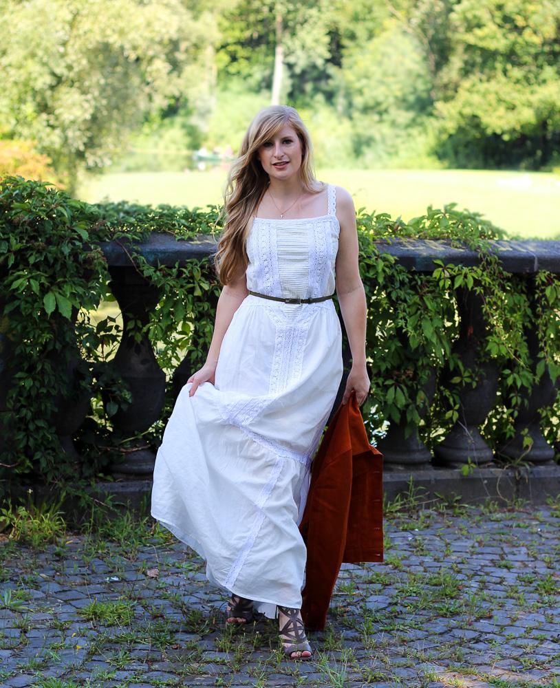 Weißes Maxikleid kombinieren Sommer Must-Have orange Wildlederjacke Rheinaue Bonn Modeblog Outfit 1