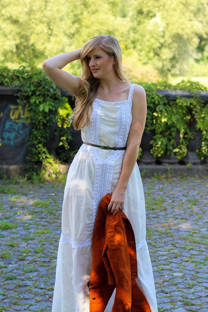 Weißes Maxikleid kombinieren Sommer Must-Have orange Wildlederjacke Rheinaue Bonn Modeblog Outfit 2
