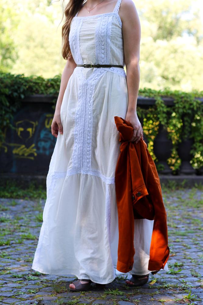 Weißes Maxikleid kombinieren Sommeroutfit orange Wildlederjacke Rheinaue Bonn Modeblog BrinisFashionBook 6