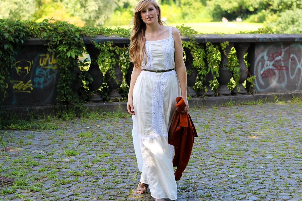 Weißes Maxikleid kombinieren Sommeroutfit orange Wildlederjacke Rheinaue Bonn Modeblog BrinisFashionBook 7