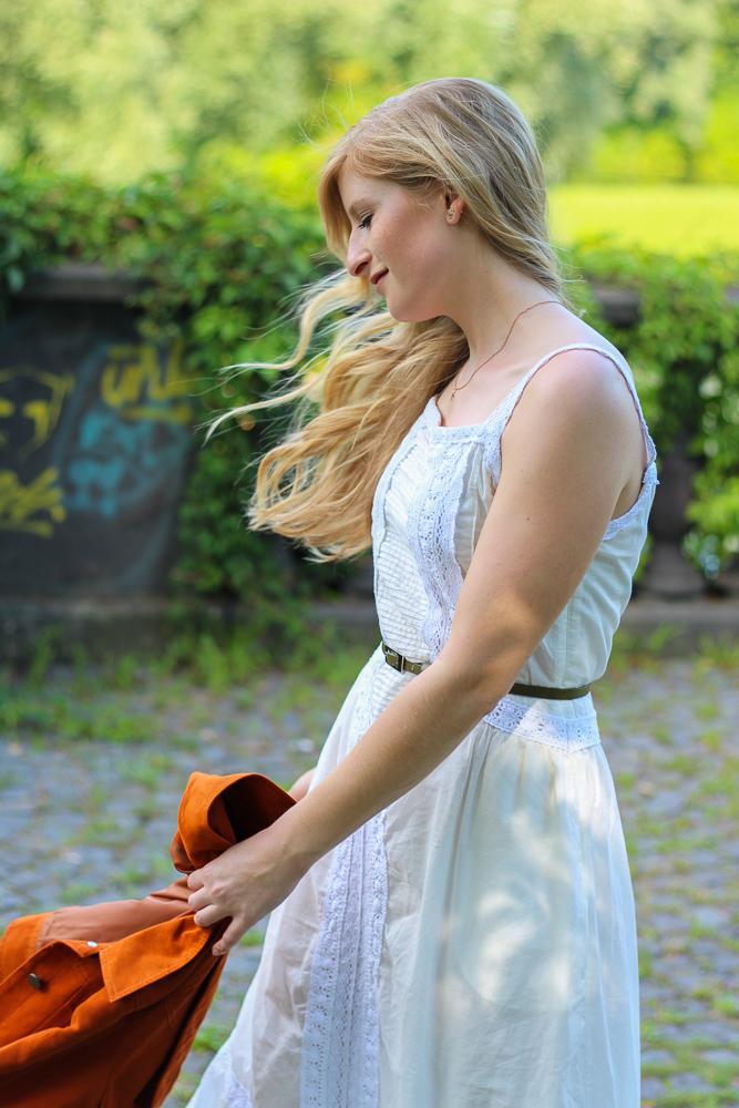 Weißes Maxikleid kombinieren Sommeroutfit orange Wildlederjacke Rheinaue Bonn Modeblog BrinisFashionBook 9