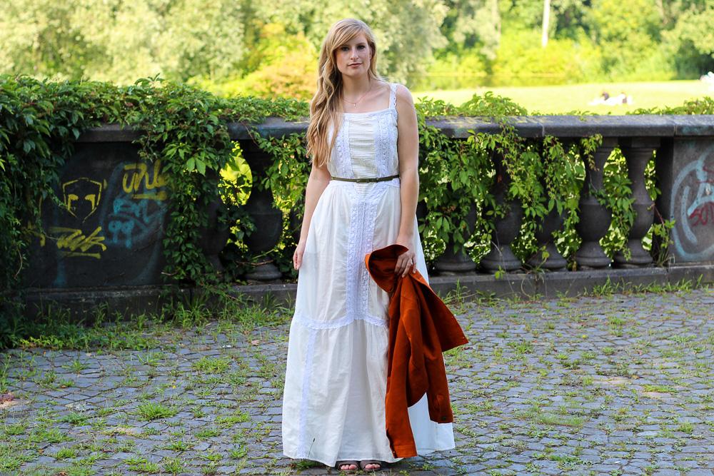Weißes Maxikleid kombinieren Sommeroutfit orange Wildlederjacke Rheinaue Bonn Modeblog BrinisFashionBook 92