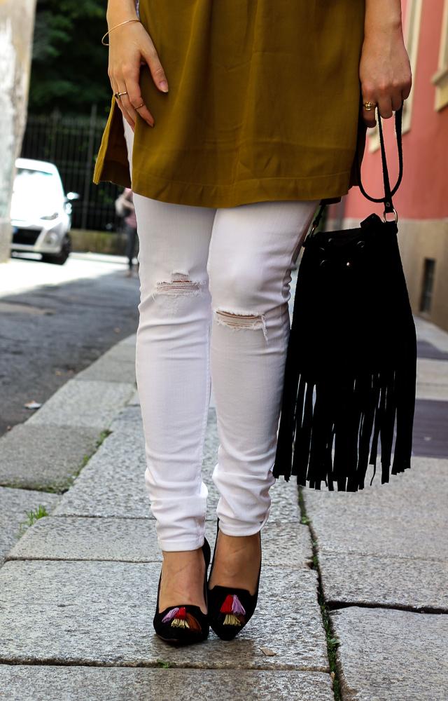 Weiße Ripped Jeans schulterfreies Top Olive Heels Quasten H&M Streetstyle Mailand Modeblog 93