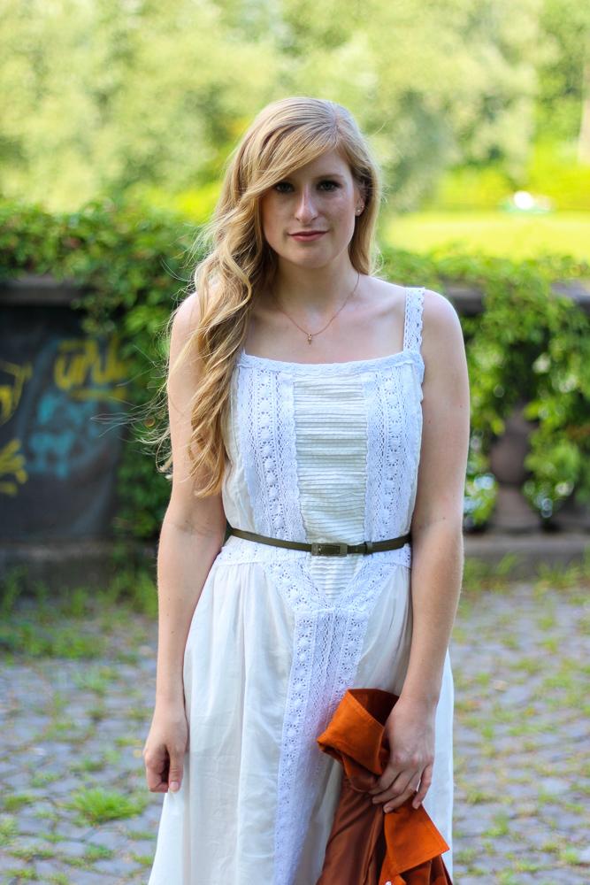 Weißes Maxikleid kombinieren Sommer Must-Have orange Wildlederjacke Rheinaue Bonn Fashion Blog Outfit 4