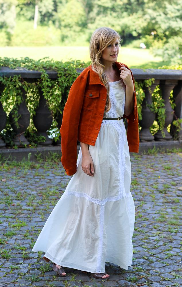 Weißes Maxikleid kombinieren Sommer Must-Have orange Wildlederjacke Rheinaue Bonn Modeblog Outfit 3