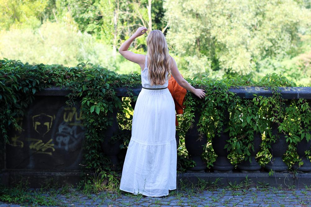 Weißes Maxikleid kombinieren Sommer Must-Have orange Wildlederjacke Rheinaue Bonn Modeblog Outfit 5