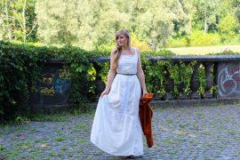 Weißes Maxikleid kombinieren Sommer Must-Have orange Wildlederjacke Rheinaue Bonn Modeblog Outfit t